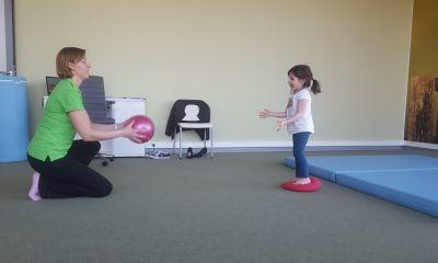 Fizjoterapeutka dziecięca, Justyna Iwanek, w trakcie terapii wad postawy z Małą Pacjentką